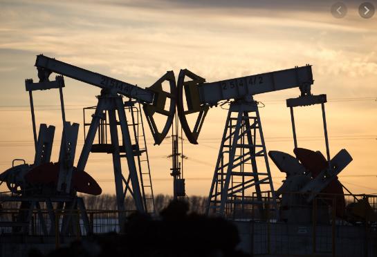 Oil Plummets to 17-Year Low as Broken Market Drowns in Crude