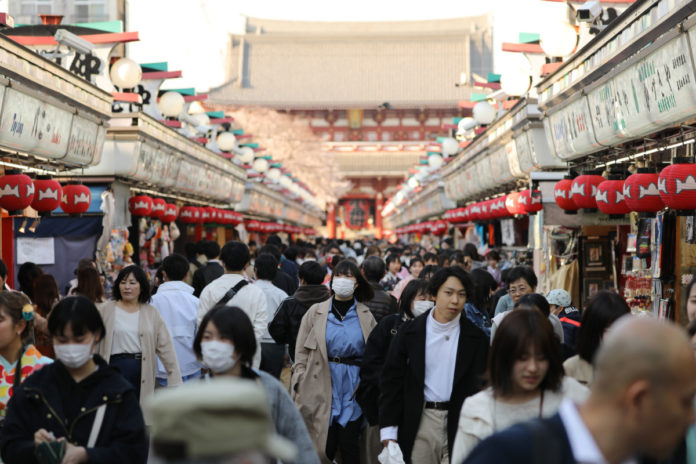 Japan's Abe Set to Declare Virus Emergency As Cases Jump