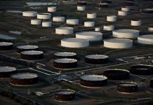 Oil Extends Slide Below $32 on Signs U.S. Stockpiles Swelled